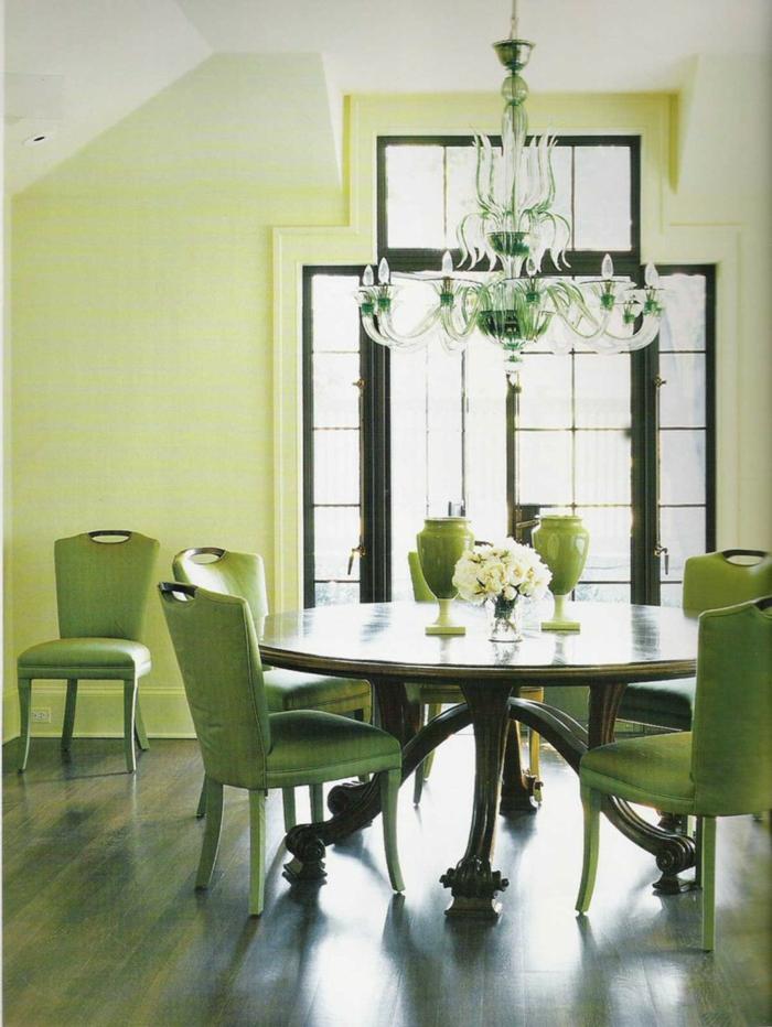 grüne-wandfarbe-runder-weißer-esstisch-im-esszimmer-mit-großen-fenstern