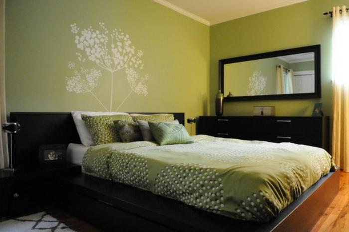 grüne-wandfarbe-spiegel-an-der-wand-im-schlafzimmer