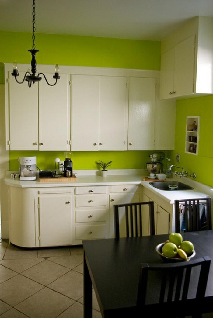 Helle offene weiße Küche und grüne Wand