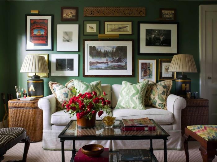 grüne-wandfarbe-viele-bilder-an-der-wand-im-wohnzimmer