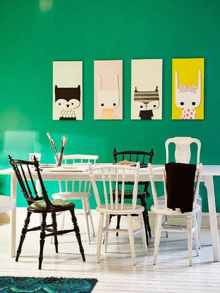 grüne-wandfarbe-vier-interessante-bilder-an-der-wand-im-esszimmer