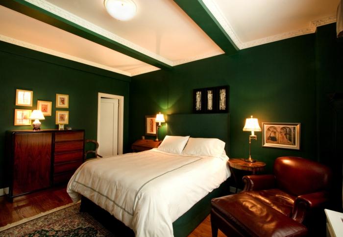 grünewandfarbeweißebettwäscheineinemluxuriösenschlafzimmer