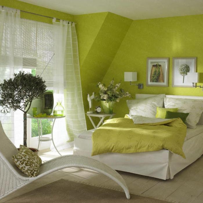 grüne-wandfarbe-weiße-gardinen-im-gemütlichen-schlafzimmer