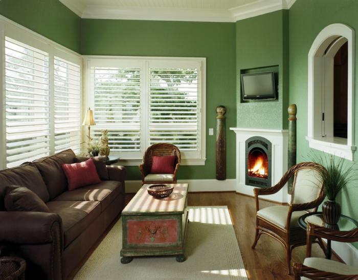 grüne-wandfarbe-weiße-jalousien-hölzerne-möbel