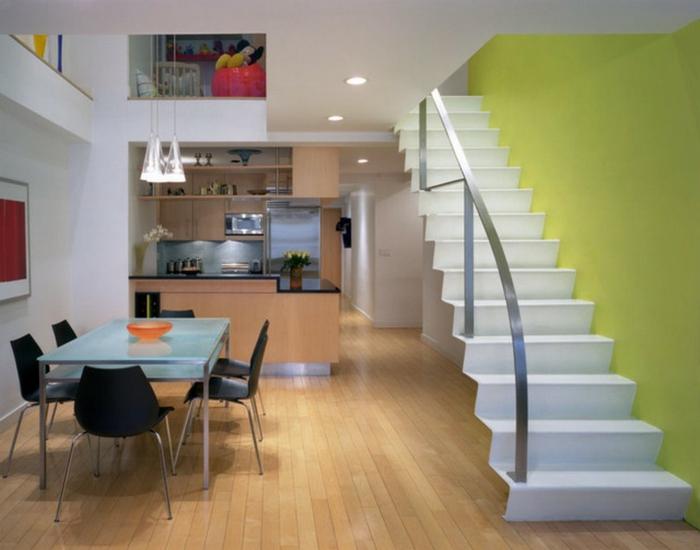 grüne-wandfarbe-weiße-treppen-neben-dem-esstisch-im-esszimmer