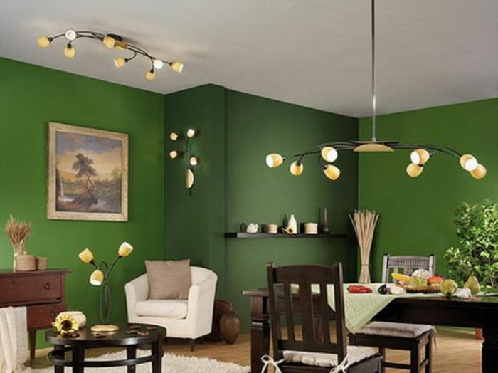 grüne-wandfarbe-weißer-sessel-und-esstisch-im-schönen-esszimmer