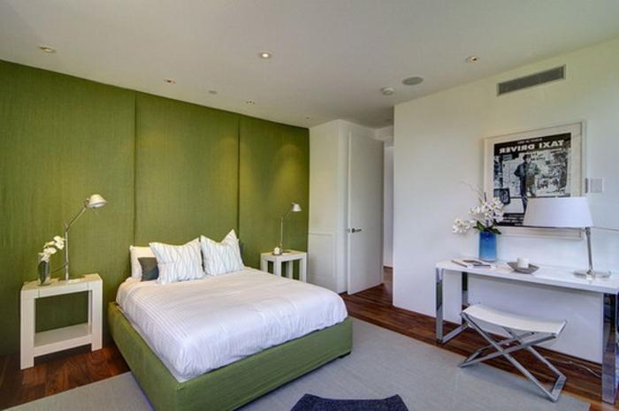 grüne-wandfarbe-weißes-bett-im-modernen-schlafzimmer