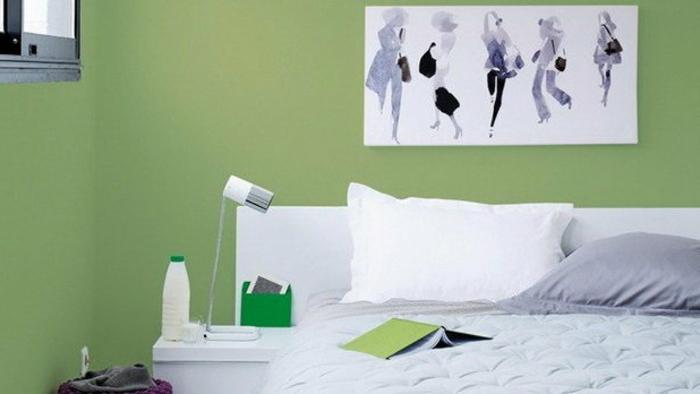grüne-wandfarbe-weißes-bild-an-der-wand-im-schlafzimmer