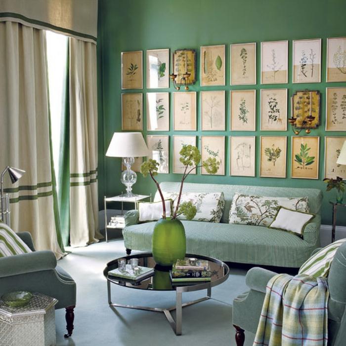 grüne-wandfarbe-zahlreiche-bilder-an-der-wand-im-wohnzimmer