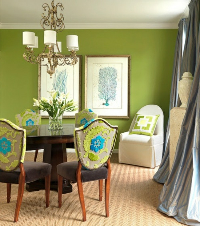 grüne-wandfarbe-zwei-bilder-an-der-wand-im-esszimmer