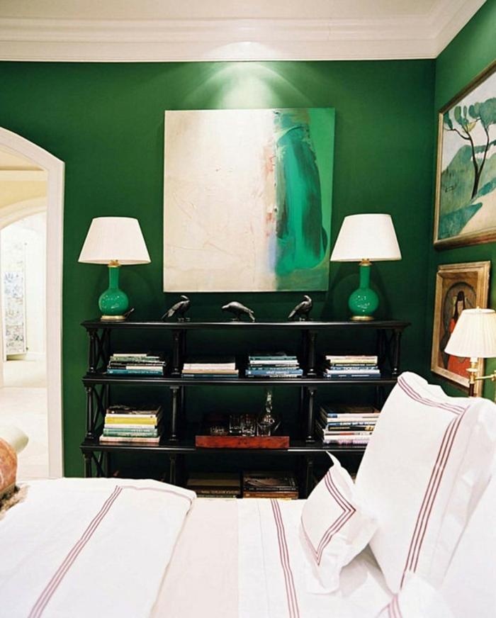 weiße lampen und attraktives bild  grüne wandfarbe im schlafzimmer