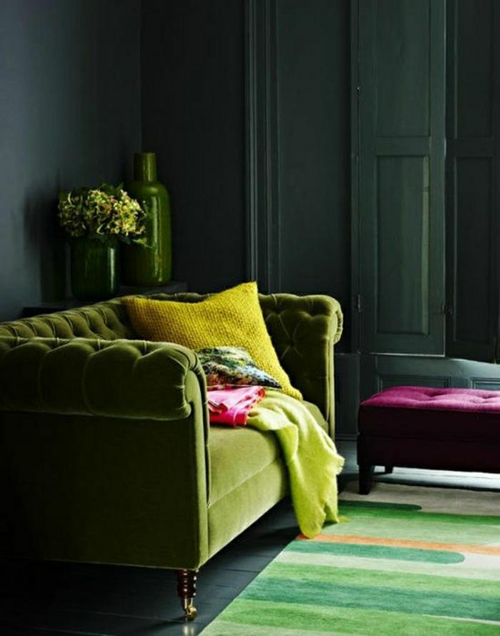 grünes-Interieur-Boho-Chic-Stil-wunderschönes-Chesterfield-Sofa