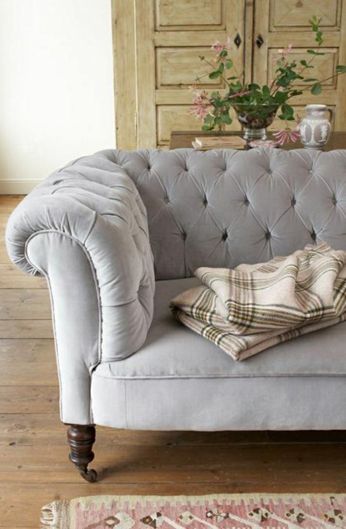 wohnzimmer chesterfield: Chesterfield Sofa schafft eine gemütliche Atmosphäre im Wohnzimmer