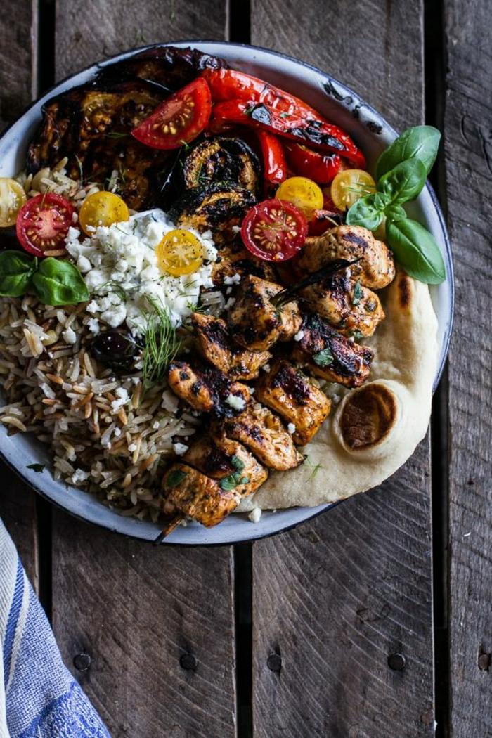 griechische-Speisen-Hühner-Souvlaki-Rais-Pilaf-Gemüse-Feta-Tzatziki