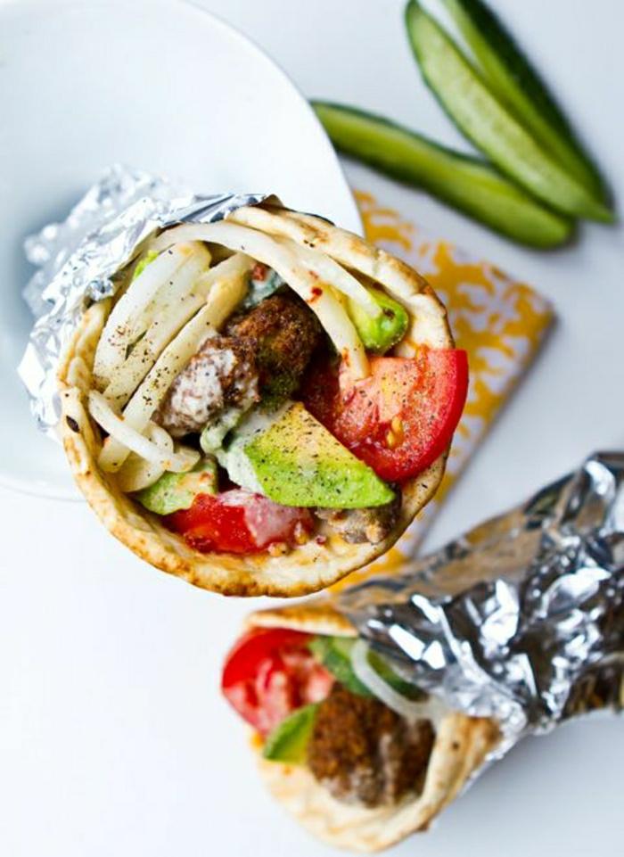 griechischer-Gyros-Souvlaki-Salat-Chips