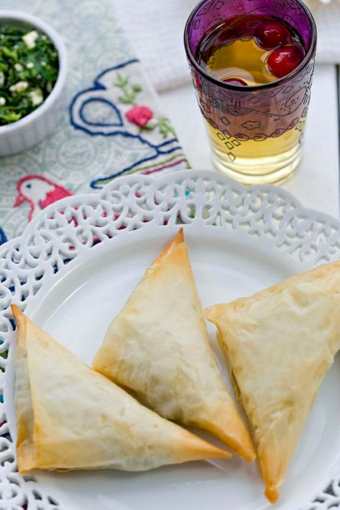 griechisches-Essen-Spanakopita-grüner-Salat-Kirschen-Getränk
