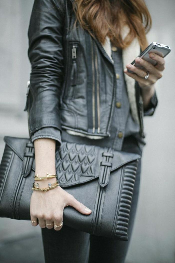 große-Clutch-schwarz-Lederjacke