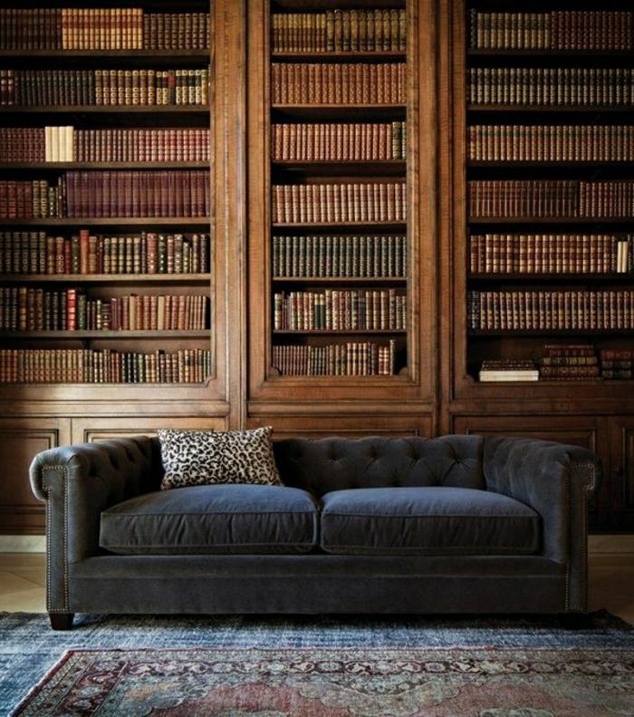 großes-Chesterfield-Sofa-Bücherwand-aristokratisch