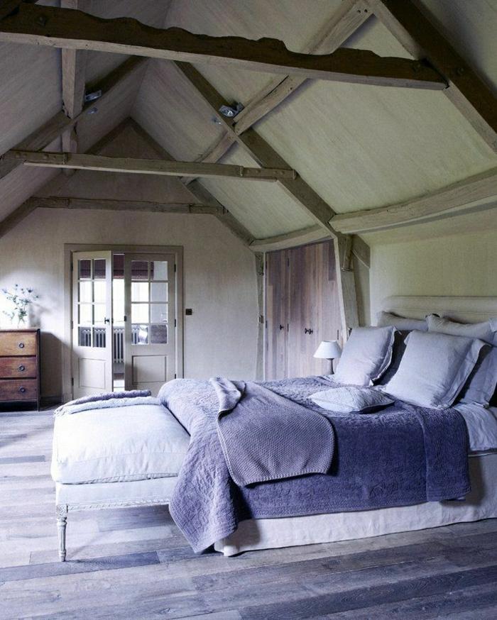 großes-Schlafzimmer-Landhausstil-Bett-lila-Bettwäsche-Schlafdecke-Tuch-Kommode