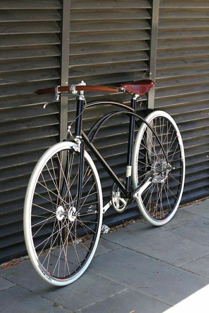 großes-retro-Fahrrad-ungewöhnlicher-Rahmen