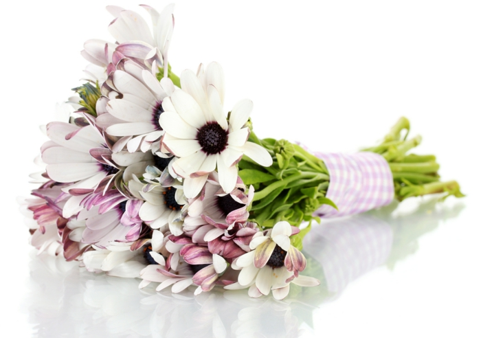 hübsche-deko-mit-blumen-blumenstrauß-mit-wunderschönen-blumen-dekoration