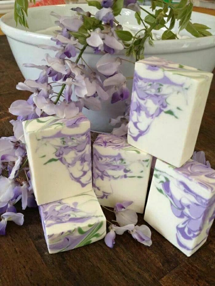 handgemachte-Seifen-lila-Blume-schön