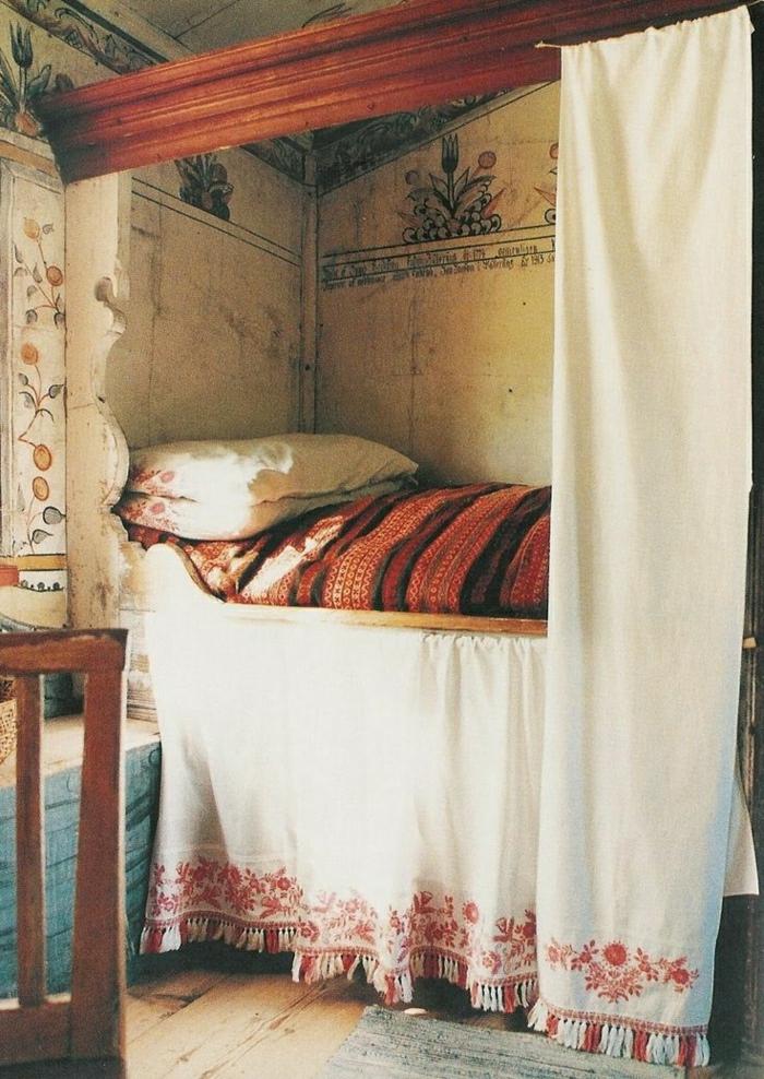 hochplatziertes-Bett-vintage-veraltet-authentisch-Boho-Chic-Stil-Bettwäsche