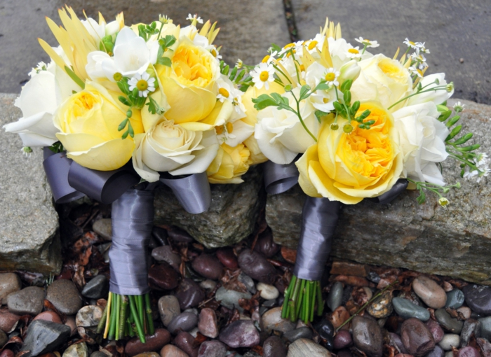 zwei Bouquets mit gelben Rosen