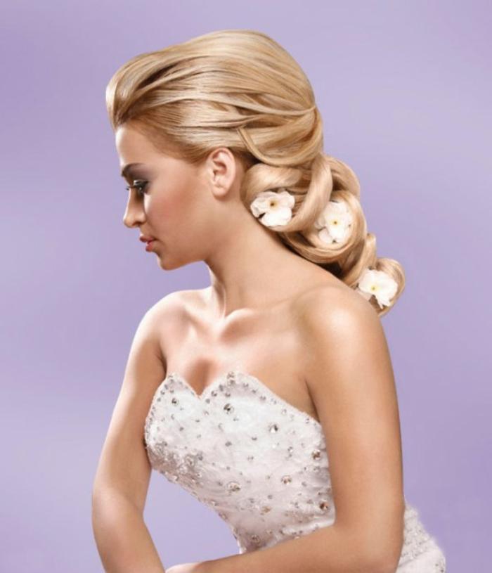 hochzeitsfrisuren-für-lange-haare-elegantes-aussehen-lila-hintergrund
