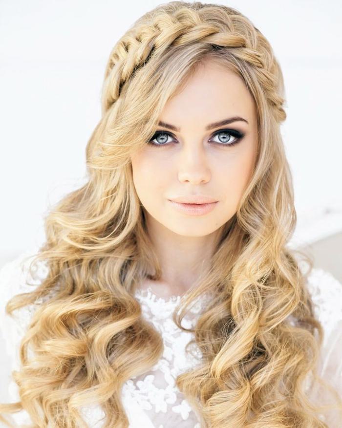 hochzeitsfrisuren-für-lange-haare-schöne-blonde-braut-mit-einem-zopf-und-locken