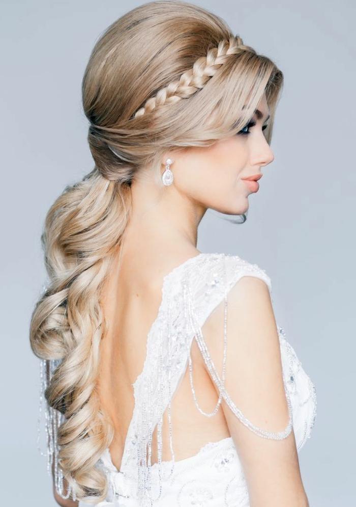 hochzeitsfrisuren-für-lange-haare-wunderschöne-junge-blonde-braut