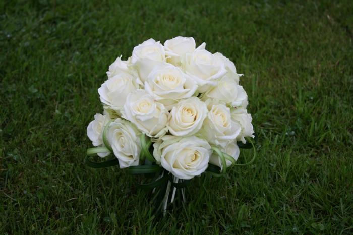 hochzeitsstrauß-brautstrauß-schöne-ideen-hochzeitsdeko-hochzeitsdekoration-weiße-rosen
