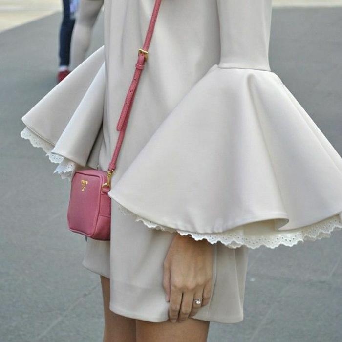 interessantes-Kleid-breite-Ärmel-kleine-Prada-Taschen-rosa-Modell