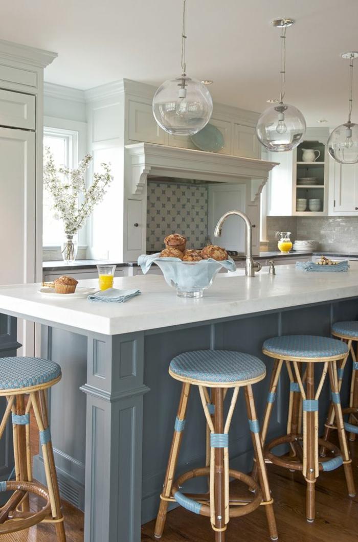 küche-mit-kochinsel-barhocker-schöne-gestaltung