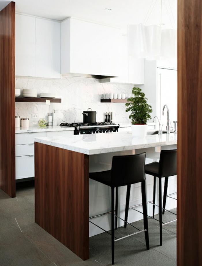 küche-mit-kochinsel-barhocker-und-weiße-elemente