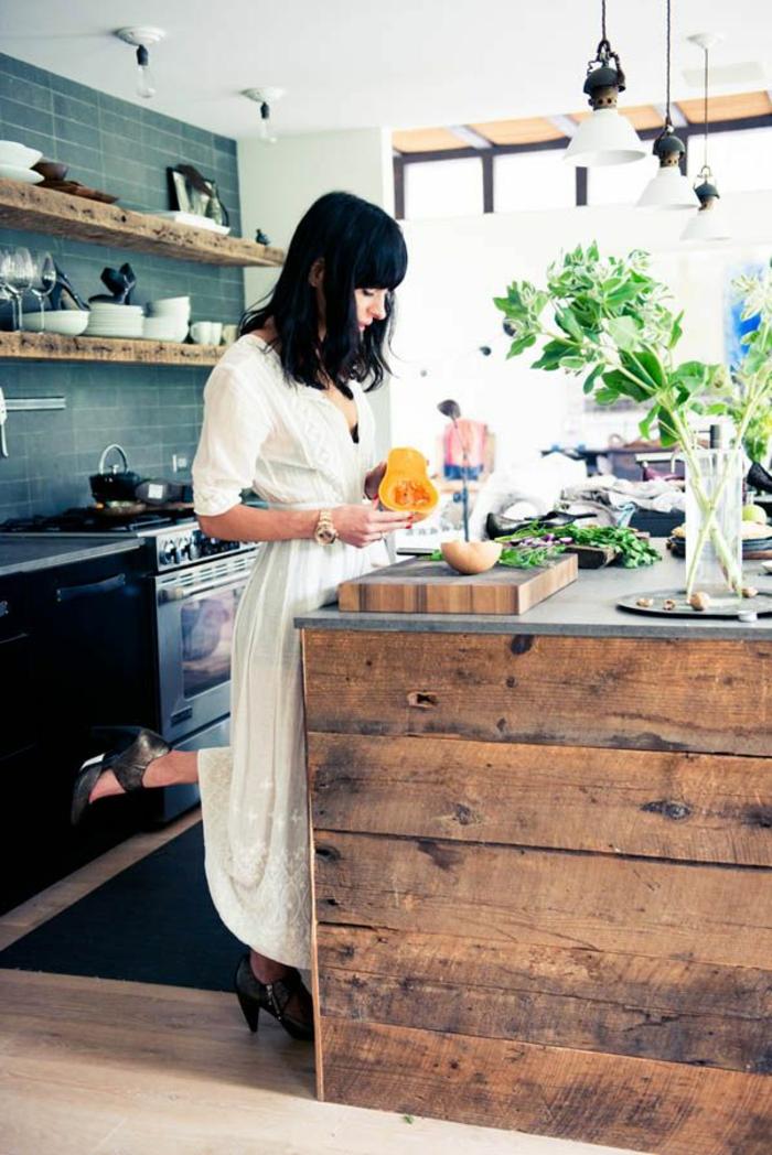 küche-mit-kochinsel-eine-frau-bereitet-was-leckeres-zu