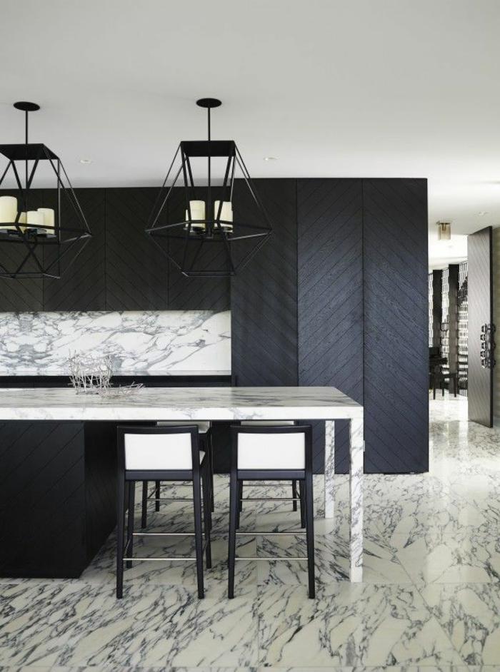 küche-mit-kochinsel-elegante-schwarze-schränke