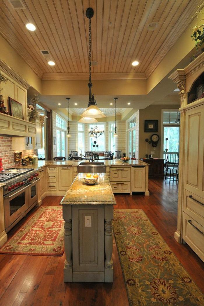 küche-mit-kochinsel-gemütliches-ambiente