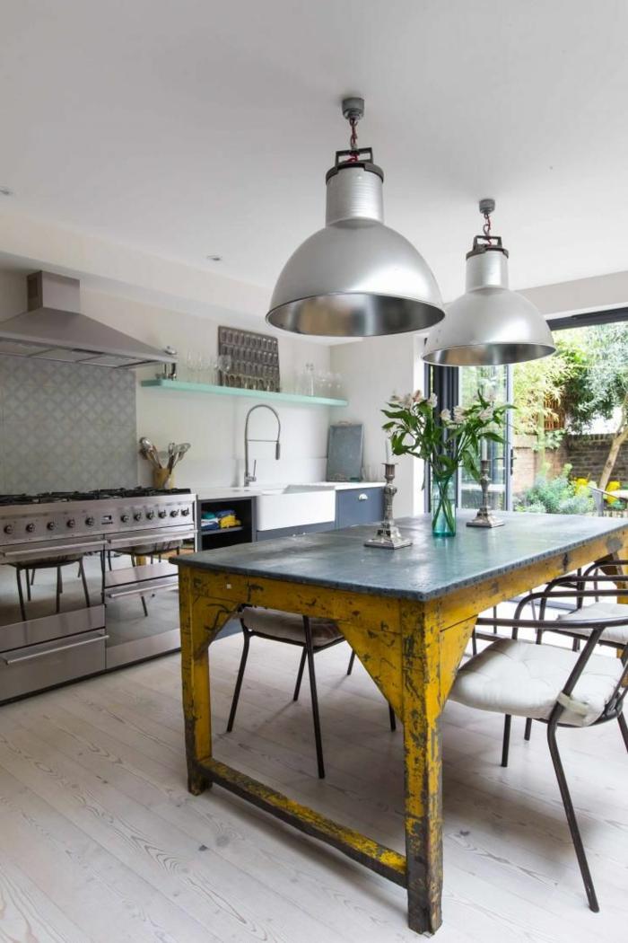 küche-mit-kochinsel-hängende-interessante-lampen