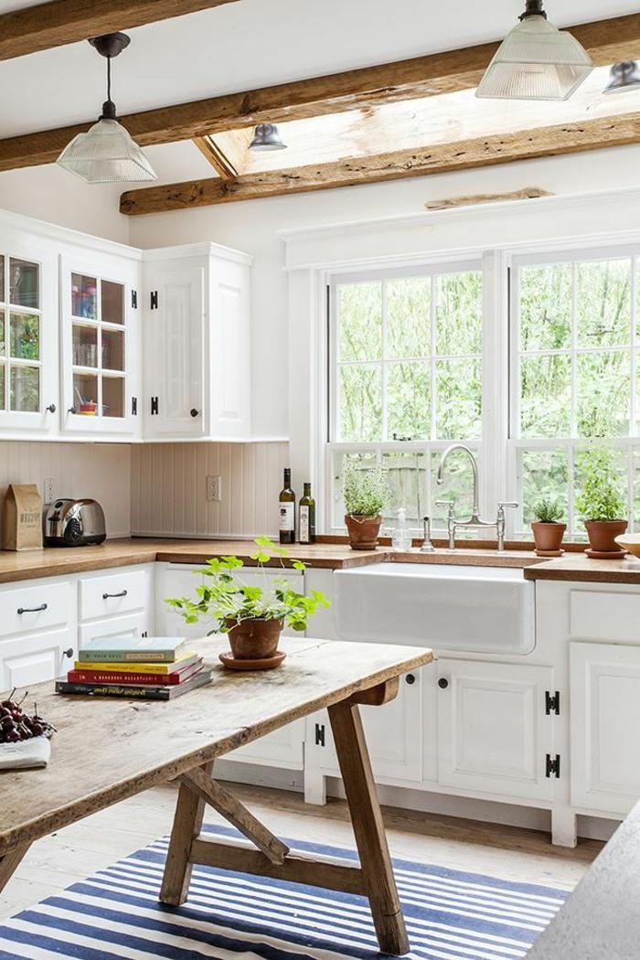 küche-mit-kochinsel-hölzerne-gestaltung--große-fenster