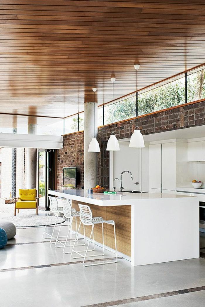 küche-mit-kochinsel-hohe-zimmerdecke