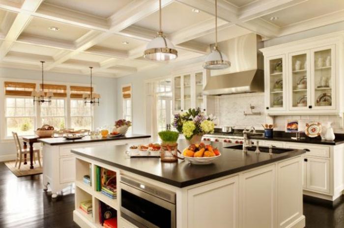 küche mit kochinsel - weiße gestaltung - weitäufiger raum
