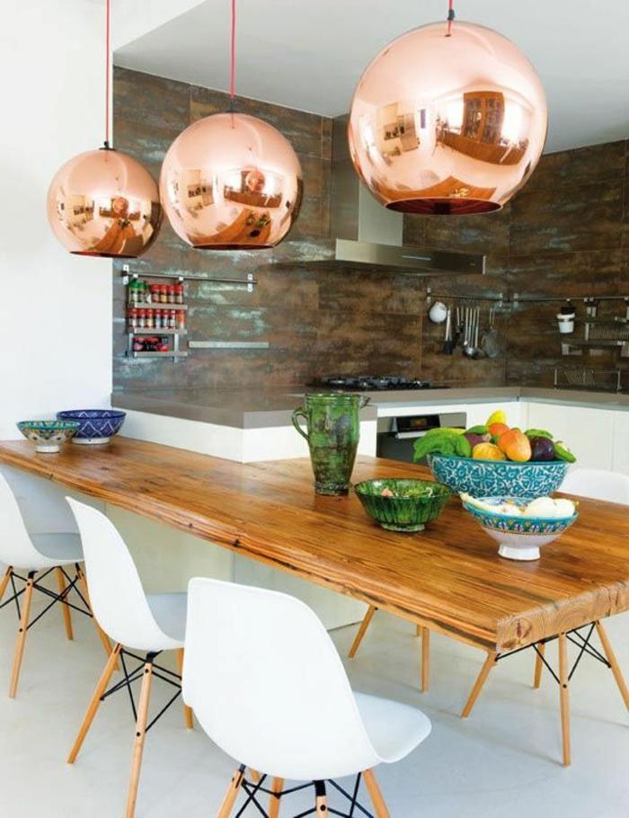 küche-mit-kochinsel-kugelförmige-lampen-und-weiße-stühle