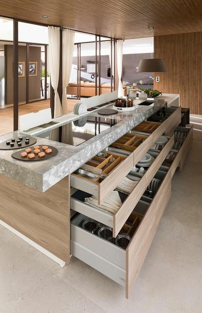 küche-mit-kochinsel-mit-vielen-praktischen-schubladen