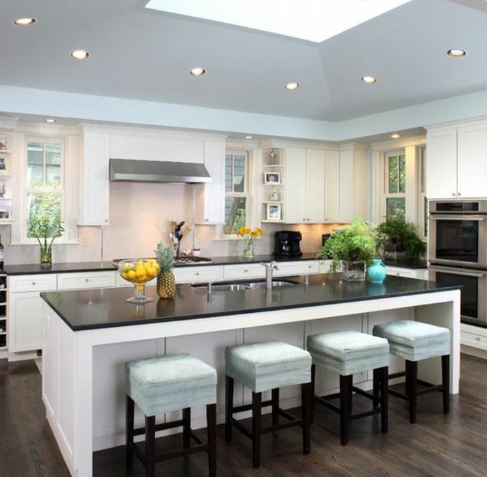 küche-mit-kochinsel-weiße-moderne-barhocker