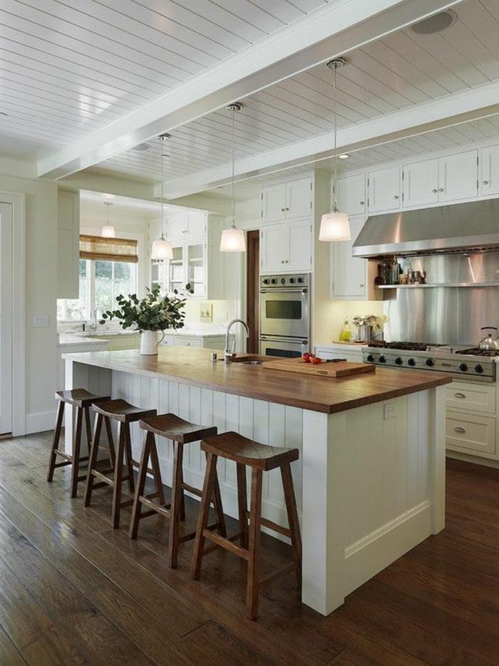 küche-mit-kochinsel-weiße-schöne-ausstattung