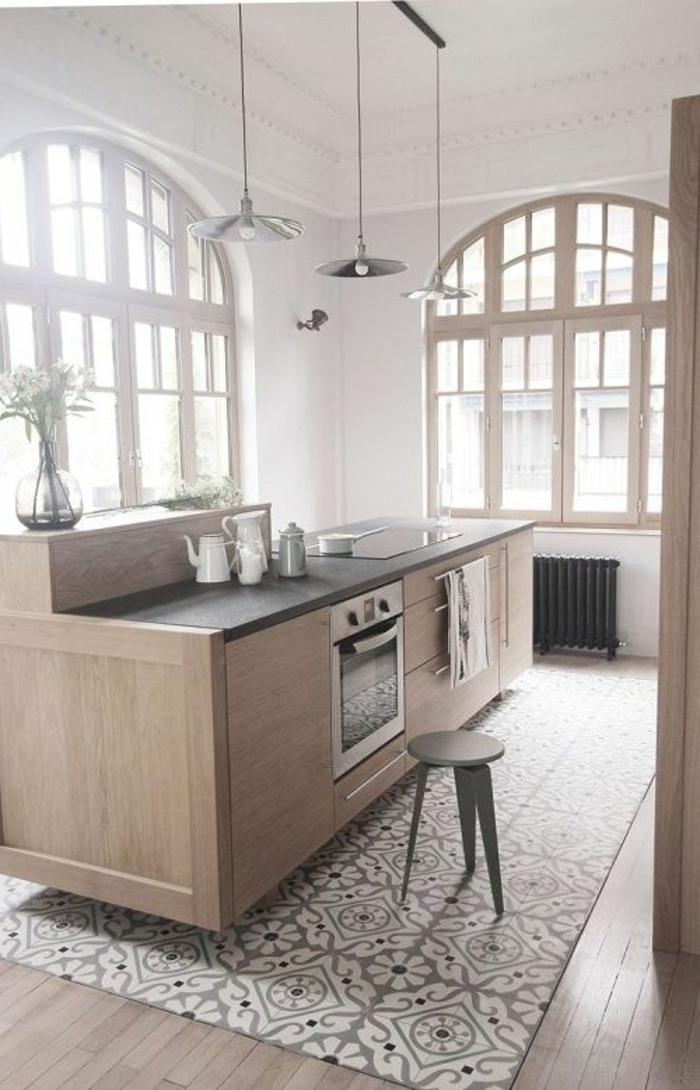 küche-mit-kochinsel-weiße-wände-und-große-fenster