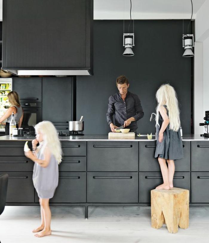 küche-mit-kochinsel-zwei.blonde-mädchen-in-der-küche
