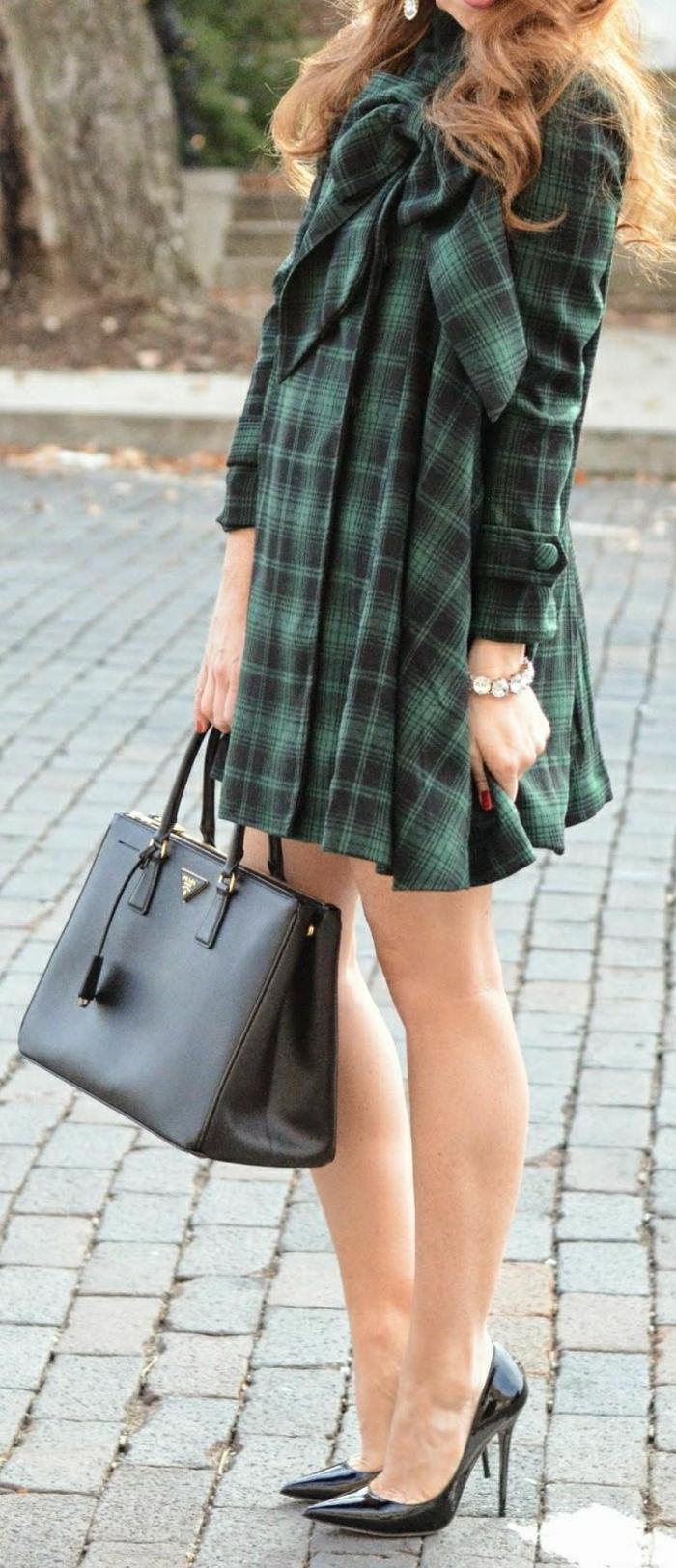 kariertes-Kleid-schwarze-Schuhe-Prada-Tasche
