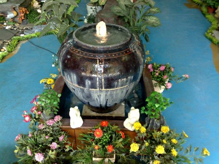 keramischer-Topf-Wasserbrunnen-Garten-Blumen